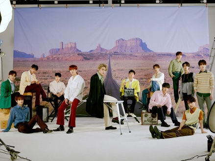 SEVENTEEN、アメリカの人気テレビ番組『The Kelly Clarkson Show』でステージ披露!【PHOTO】